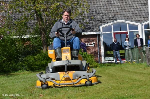 CdK Tichelaar maait het gras in Grolloo